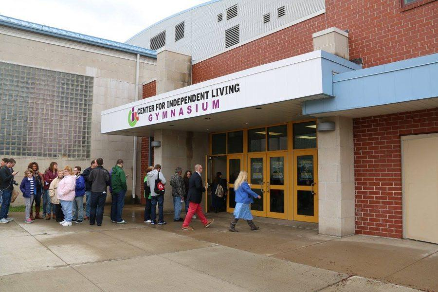 People+lined+up+outside+Scranton+High+School%27s+gymnasium+before+the+event.